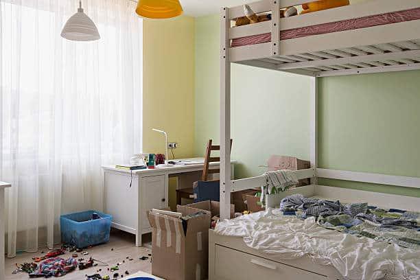 Chambre d'enfant avec des jouets éparpillés par terre