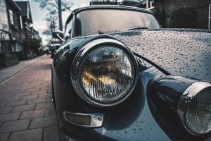 Zoom phare avant voiture ancienne