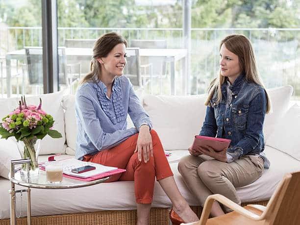 Deux femmes assises sur un canapé qui passent un entretien d'embauche