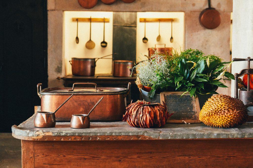 Un cuisine ancienne avec des casseroles et ustensiles en cuivre
