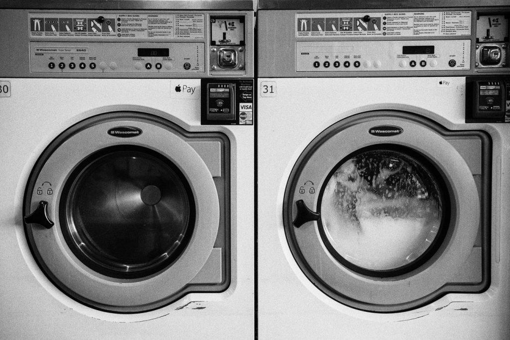 Deux machines à laver côte à côte