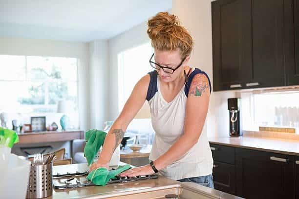 Nettoyage des grilles d'une cuisinière