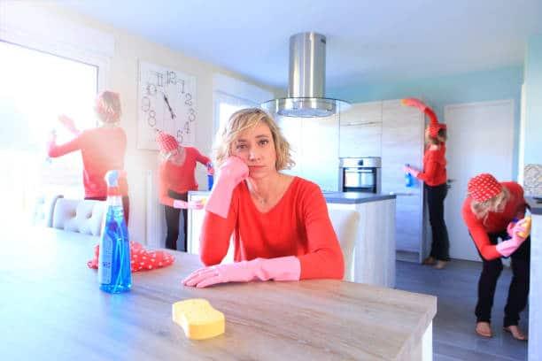 Femme qui fait le ménage dans sa cuisine