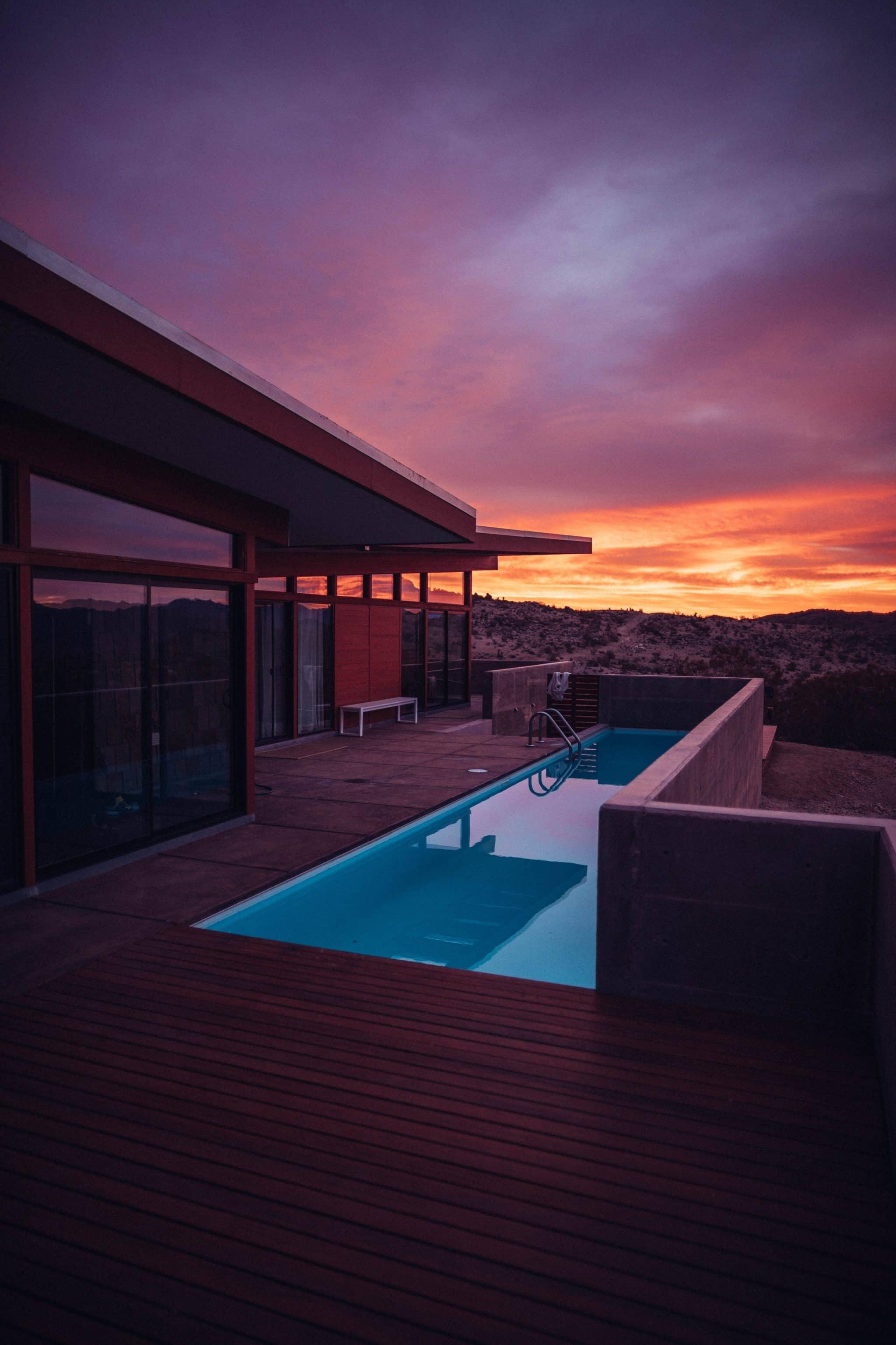 Belle terrasse en carrelage avec grande piscine