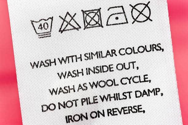 Gros plan d'une étiquette de lavage sur un vêtement
