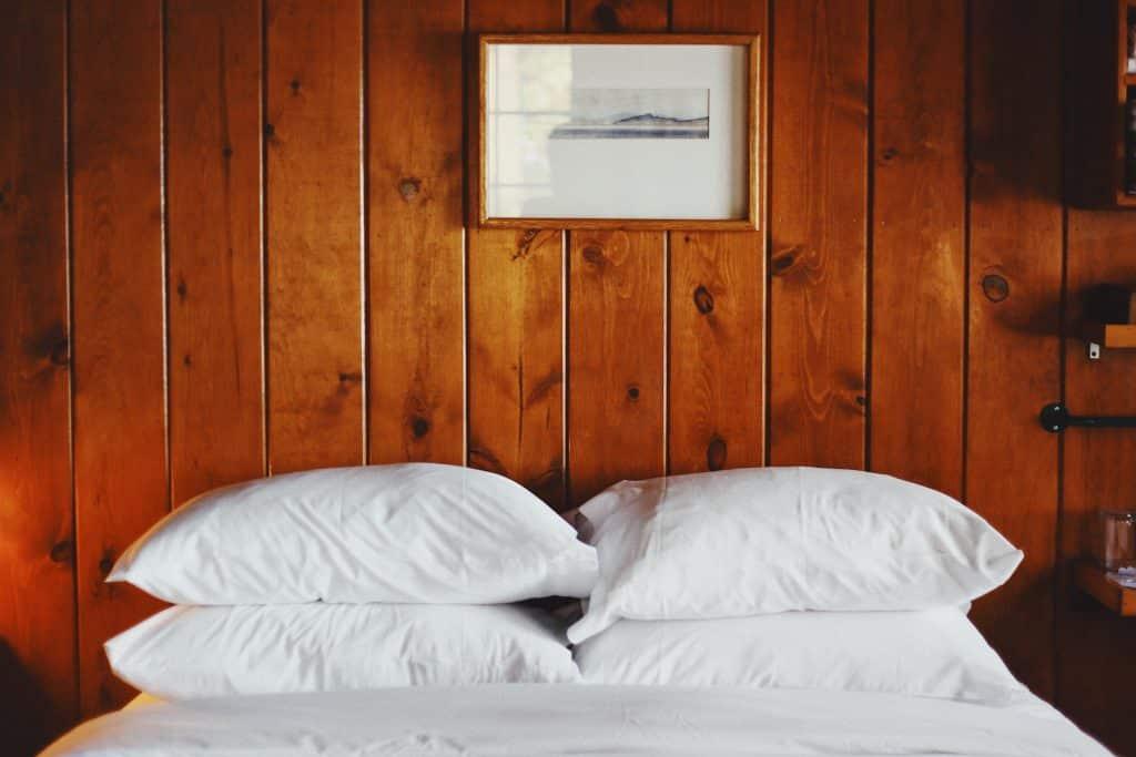 coussin propre sur un lit